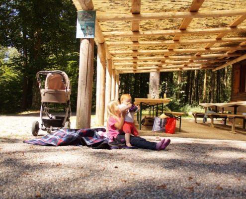 Kinder an der Waldhütte Volketswil